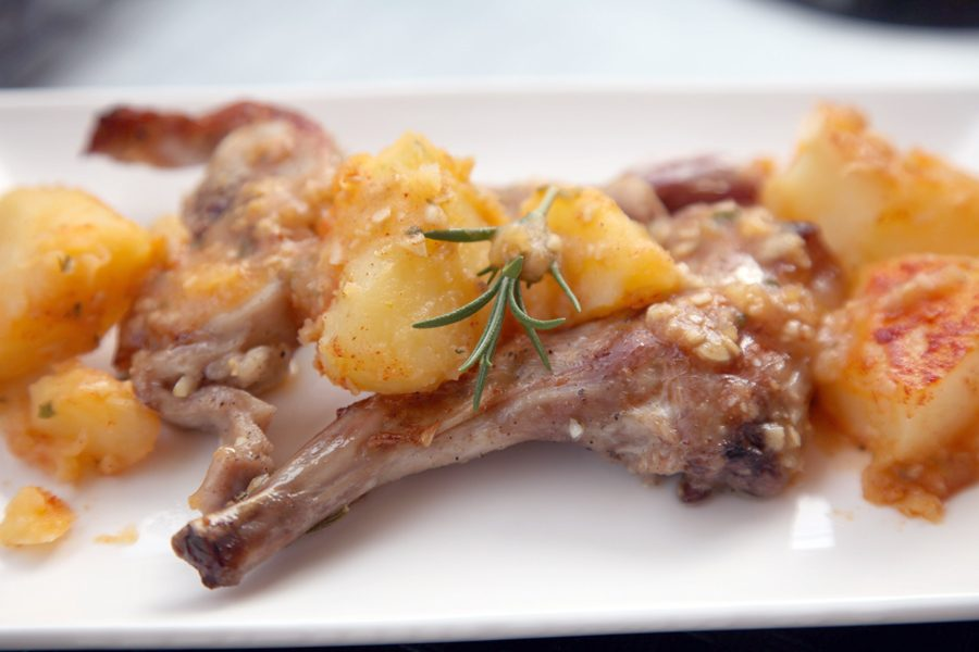 C mo cocinar un delicioso conejo horneado con patatas y for Cocinar un conejo